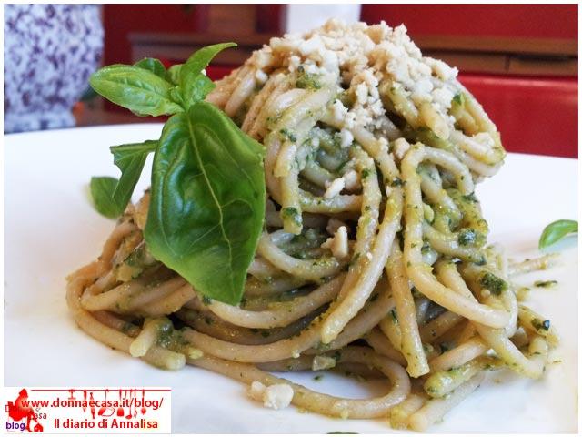 spaghetti integrali con pesto di verdure da vicino