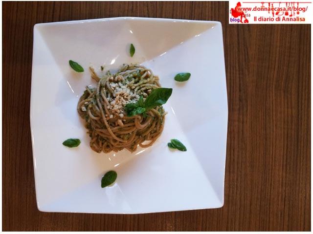spaghetti integrali con pesto di verdure dall'alto