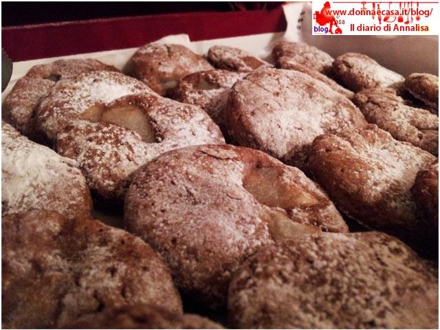 biscotti cacao pera in scatola da vicino