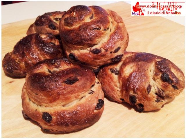chiocciole di pane dolce e uvetta appena sfornate