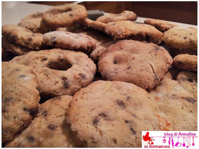biscotti cioccolato arance sparsi