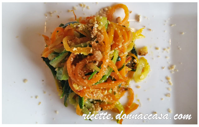 spaghetti di verdure con nocciole