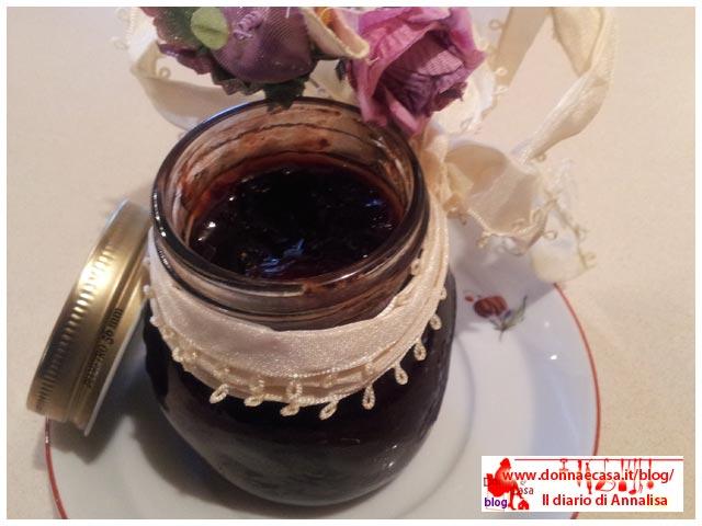 vasetto di marmellata di prugne rosse fatta in casa aperto