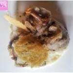 Pasta di patate viola ai funghi su fonduta di pecorino